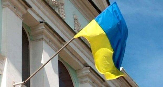 """Під Харковом малолітні дівчата зірвали прапор України, батьків тепер покарають: """"захотіли влаштувати..."""""""
