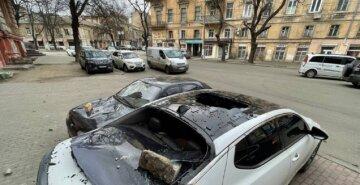 Кирпичи посыпались и изувечили машины в центре Одессы: кадры ЧП
