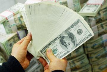 Долар і бензин по-різному здивують українців: що чекати в квітні