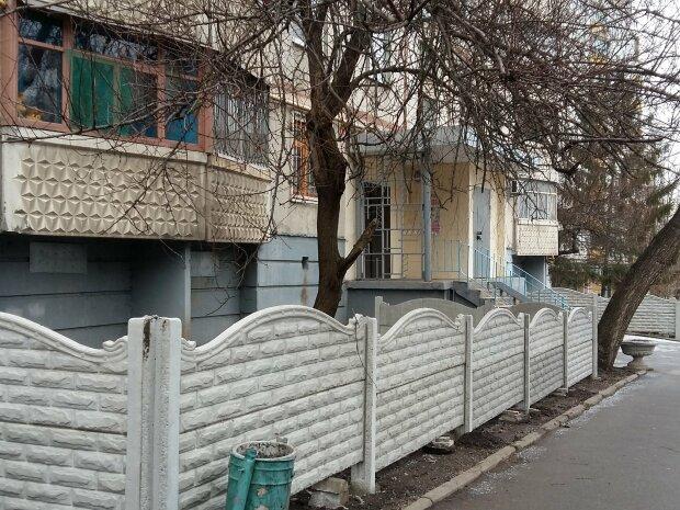 """В харьковских дворах выросли новые баррикады: """"что за колхоз?"""", эпичные фото"""