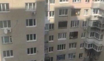 В Киеве мужчина выпал из окна 8-го этажа: детали случившегося