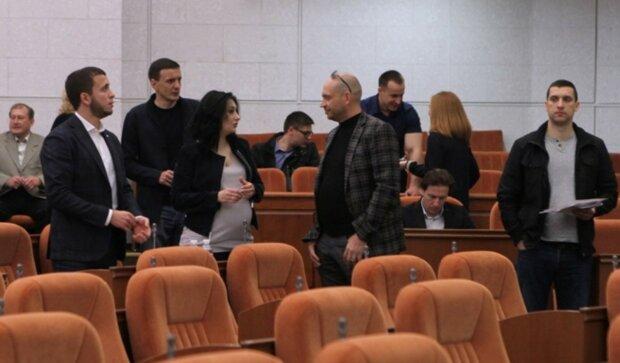 """Депутати в Дніпрі влаштували засідання під відкритим небом: """"тримаються на дистанції"""", фото"""
