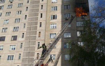 Из горящей многоэтажки в Харькове эвакуировали десятки жителей: первые кадры с места ЧП
