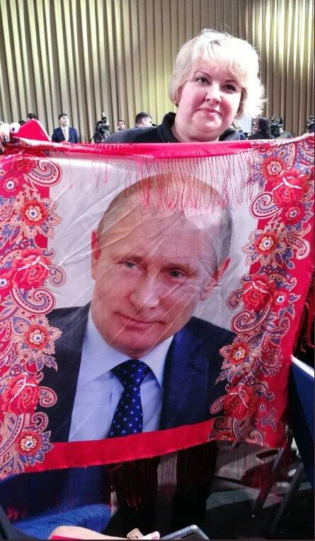 """Путину сделали приятно во время пресс-конференции, скандальное фото облетело сеть: """"испанский стыд"""""""
