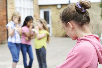 Держит в страхе всю школу: обидчица больной девочки в Днепре может избежать наказания