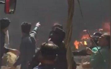 Пассажирский самолет рухнул на жилые районы, все в огне: первые кадры и данные о жертвах