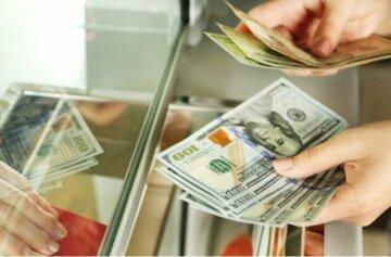 """Долар зійшов з розуму перед """"травневими"""", в обмінниках переполох: як змінився курс"""