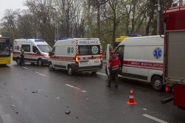 Маршрутка з пасажирами розбилася під Києвом, до місця ДТП з'їхалися швидкі: перші кадри