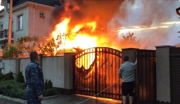 В елітному районі Одеси спалахнула пожежа, з'їхалися рятувальники: відео НП