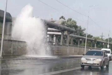 Потужний фонтан забив у Києві через прорив труби, водою залило проїзд: відео НП