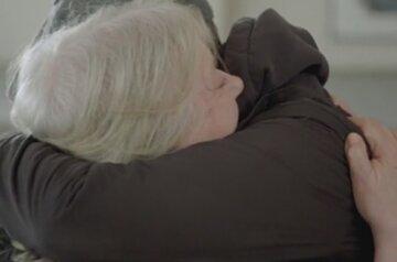 Мать нашла сына спустя 52 года после разлуки: кадры долгожданной встречи