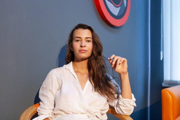Скандальна модель Мінюкова побешкетувала на стовпі: гаряче відео злили  в мережу