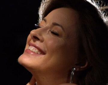 """Румяная Кравец из """"Квартал 95"""" с новой прической позаигрывала с публикой: """"А что с щёчками?"""""""