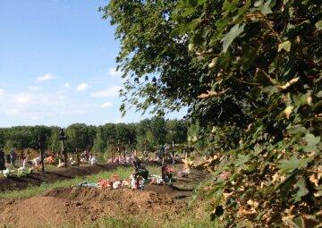 """Заборона на поминальні дні у """"ЛДНР"""": люди таємно йдуть на кладовища"""