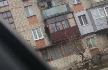 Харьковчанин решил попасть домой через балкон, забравшись на высоту: безумные кадры