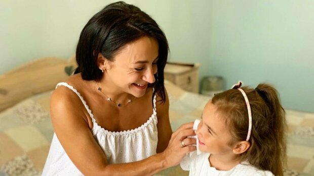 """Гвоздьова з """"Танців з зірками"""" розчулила реакцією дочки на новонародженого братика: """"Неймовірні!"""""""