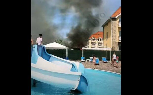 Нова пожежа в курортній Затоці, чорний дим налякав відпочиваючих: відео НП