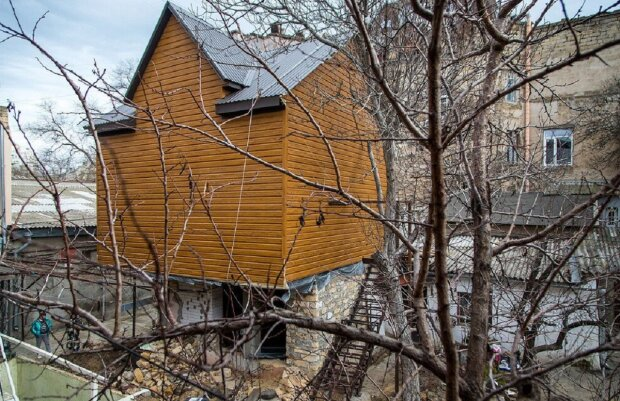 """""""Избушка на курьих ножках"""": странный дом построили в центре Одессы, фото"""