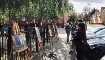 Активисты поддержали патриотов выставкой под стенами суда