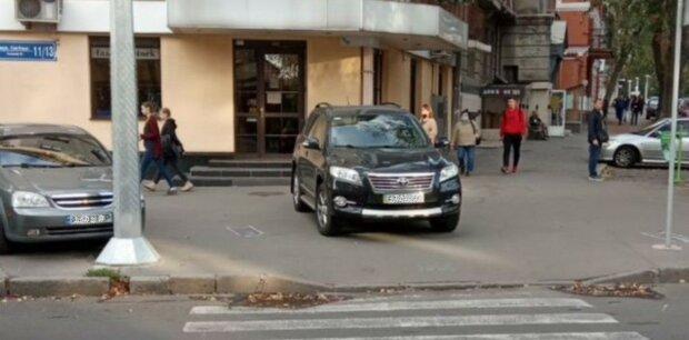 """Автохамы устроили беспредел возле больницы в Харькове, кадры: """"пастбище оленей"""""""
