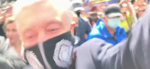 """""""Ледокол""""-Порошенко затоптал оператора на собственном митинге: """"Раньше шапки срывал, теперь вот..."""""""