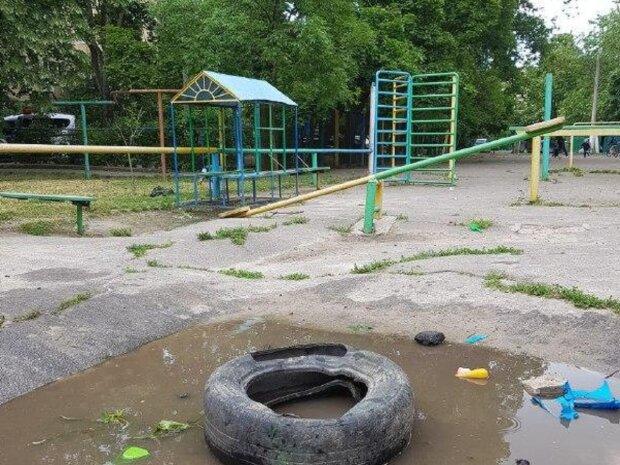 """""""Угрожает жизни"""": жители Одессы показали опасную детскую площадку, фото"""