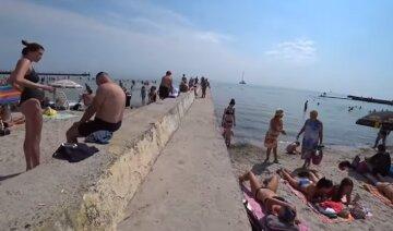 """Семейная пара на одесском пляже возмутила отдыхающих, видео: """"На глазах детей"""""""