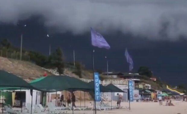 """Український курорт накрила гроза зі смерчем і блискавками, кадри стихії: """"Ось це міць"""""""