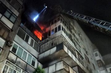 Під Дніпром загорілася багатоповерхівка: вогонь охопив відразу три поверхи, кадри