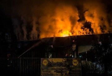 У Києві вогонь розбушувався в ресторані, полум'я повністю охопило заклад: деталі і кадри НП