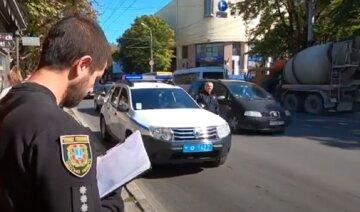 Мужчина с пистолетом атаковал магазин в Одессе: ограбление попало на видео