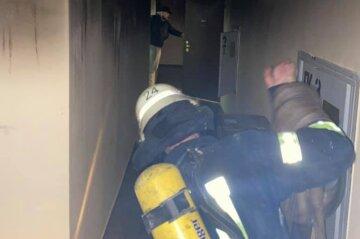 Многоэтажка загорелась в Киеве, спасатели устроили срочную эвакуацию: детали и кадры с места ЧП