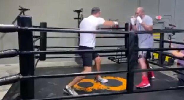 """Кличко вышел в ринг с Холифилдом, видео: """"легенды снова в деле"""""""