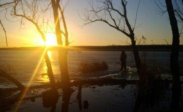 Трагедия под Днепром: люди провалились под лед, спасатели сделали все возможное