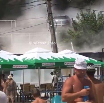 Через вибух почалася пожежа на пляжі в Одесі, все в диму: відео НП
