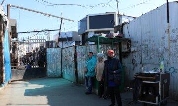 """Одесситам показали, что происходит на рынках после введения запрета, фото: """"Закрыли не все"""""""