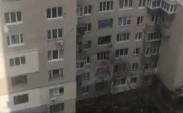 """В Киеве мужчина решил свести счеты с жизнью: """"перелез через ограждение балкона, начал все крушить и..."""""""
