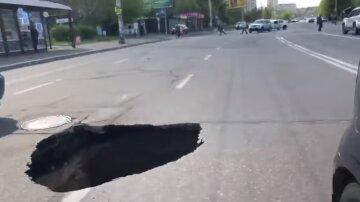 """Величезний провал з'явився на жвавій трасі в Києві: """"Чорна діра"""""""
