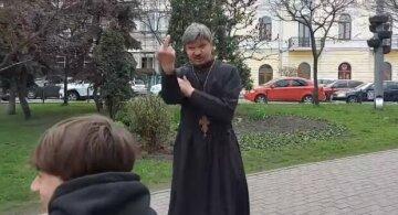 """З'явилися подробиці про скандал зі «священником» у Києві:  """"Вдарив дівчину і міг привласнити рясу"""""""