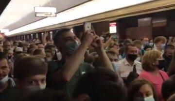 Тиснява в метро Києва: люди поспішають потрапити на військовий парад, божевільні кадри