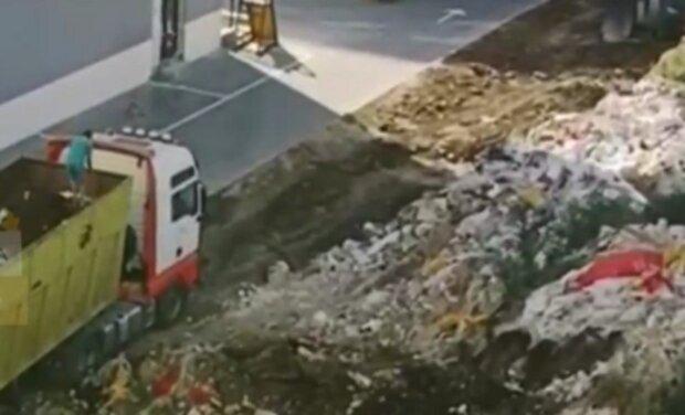 """""""Новобуд з видом на гори сміття"""": в Одесі влаштували звалище прямо під вікнами будинків, кадри"""