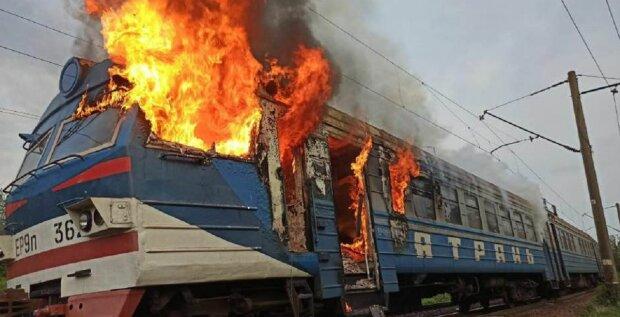 Одесская электричка вспыхнула во время движения: видео огненного ЧП