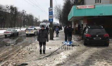 В Харькове внедорожник влетел в остановку, первые детали и кадры: есть пострадавшие