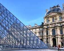Стеклянная_пирамида_Лувра_во_дворе_Наполеона_в_Париже