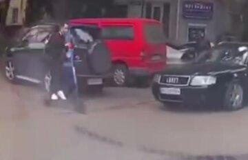 Молодой парень бросился под колеса Audi  в Одессе: момент попал на видео