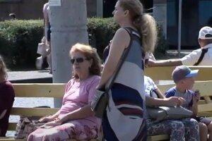 украинцы, на улице, лето, пенсионеры, пенсионерки, зарплаты
