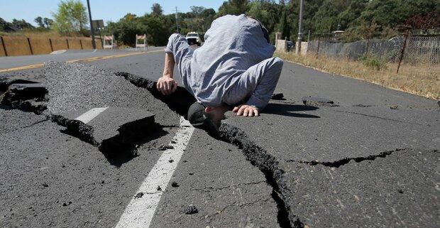 Как вести себя во время землетрясения: про дверь забыть (видео)