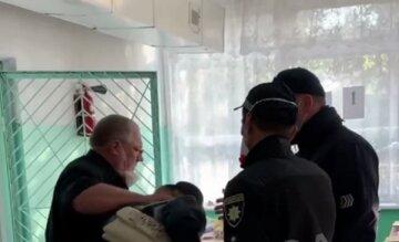 """""""Голосовала не за Януковича"""": под Одессой на глазах у полиции ударили и повалили на пол женщину, видео"""