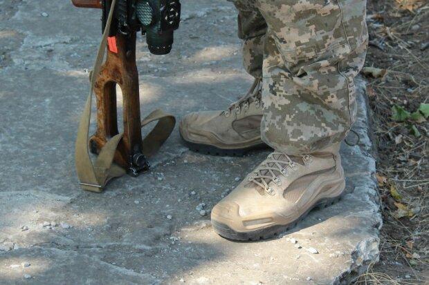 Никаких ярких сумок и изношенной обуви: для военнослужащих ужесточили дресс код