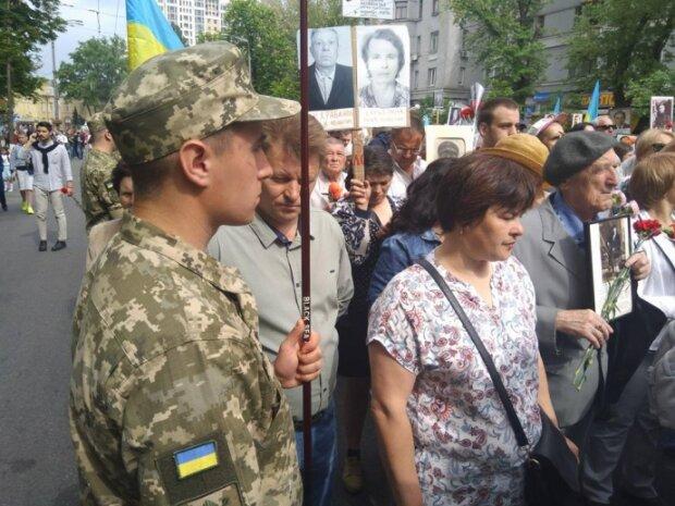 Атака на поліцейських, сутички і затримання: як проходить марш «Безсмертний полк» у Києві